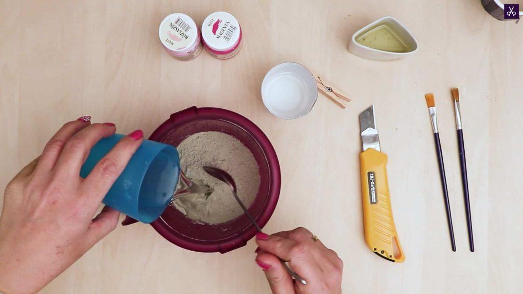 Porte-cartes en béton préparer le mélange
