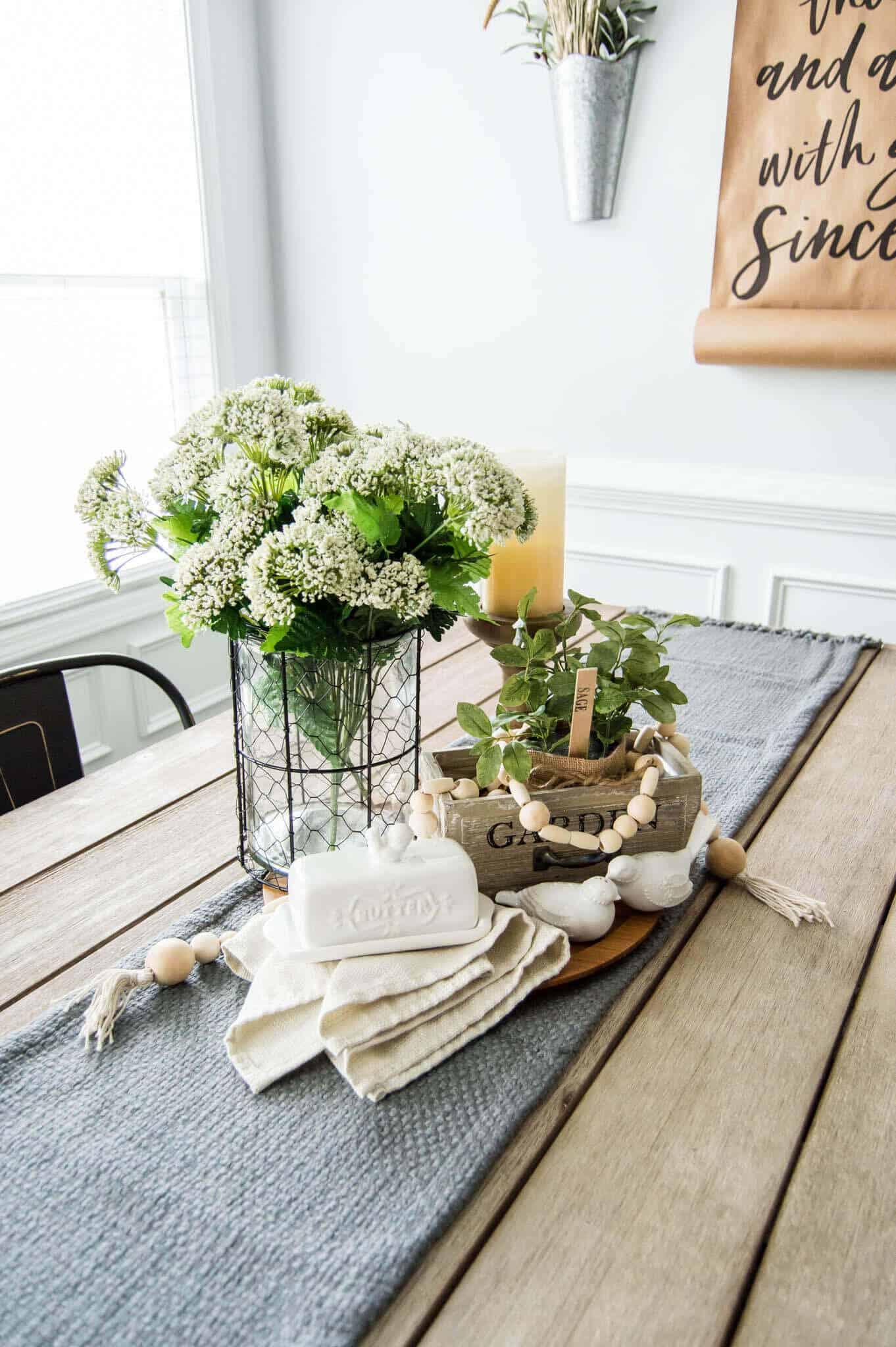 Vase en fil de poulet et pièce maîtresse de jardin de printemps aux herbes
