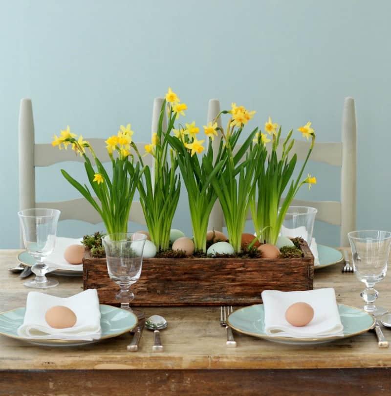 Boîte de jardin en bois jonquille avec des oeufs de Pâques nichés