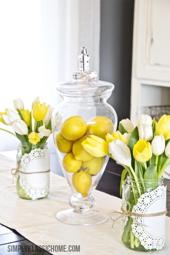 Citrons lumineux dans un vase en verre
