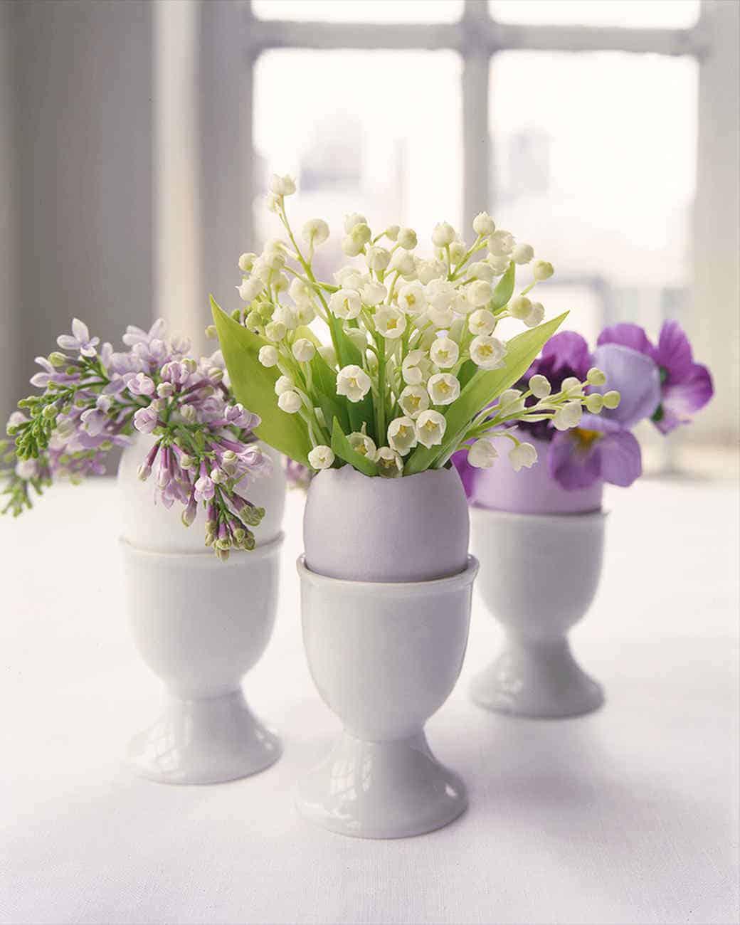 Arrangements floraux dans des coquilles d'oeufs pastel