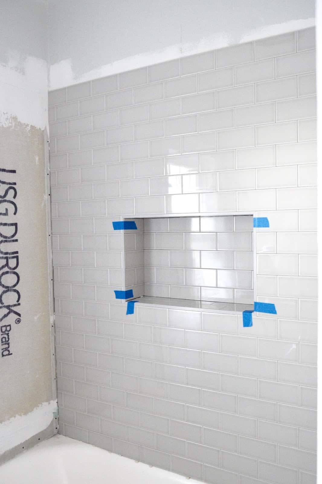 Métro carrelant un mur avec une niche de douche