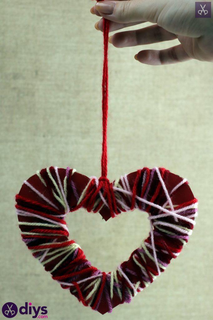 Coeur en papier enveloppé de fil de bricolage