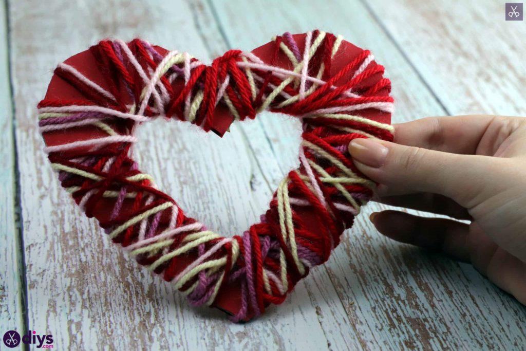 Affichage de coeur de papier enveloppé de fil de bricolage