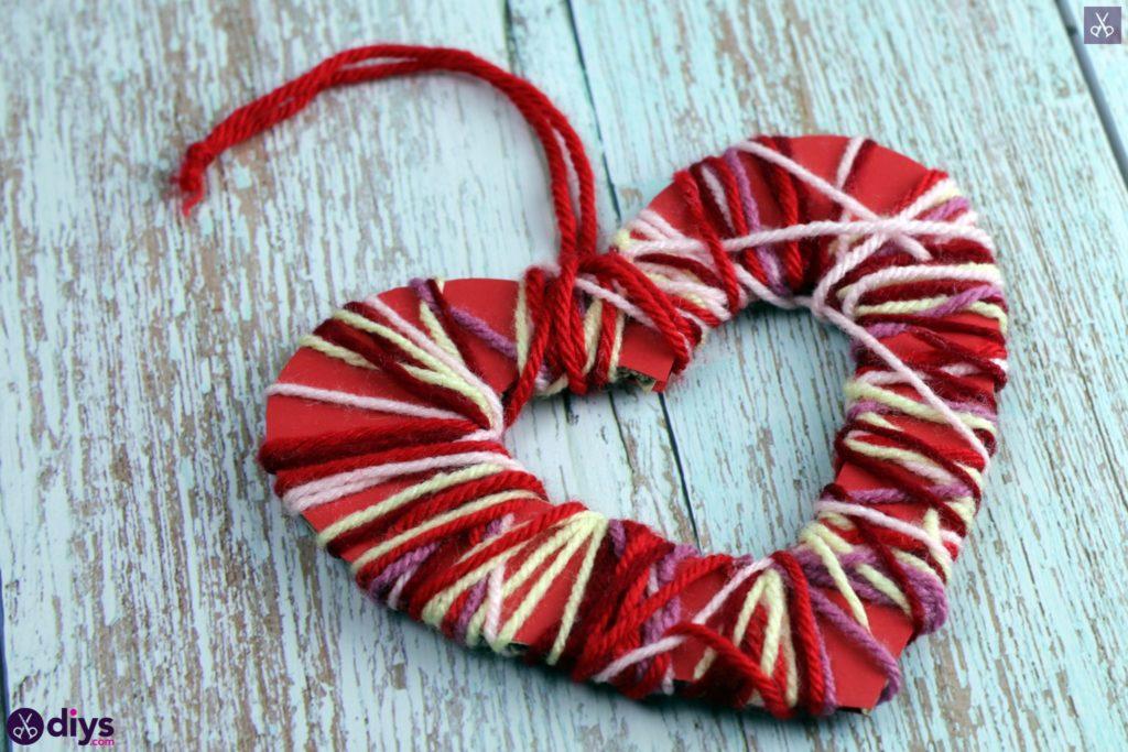 Artisanat de coeur de papier enveloppé de fil de bricolage