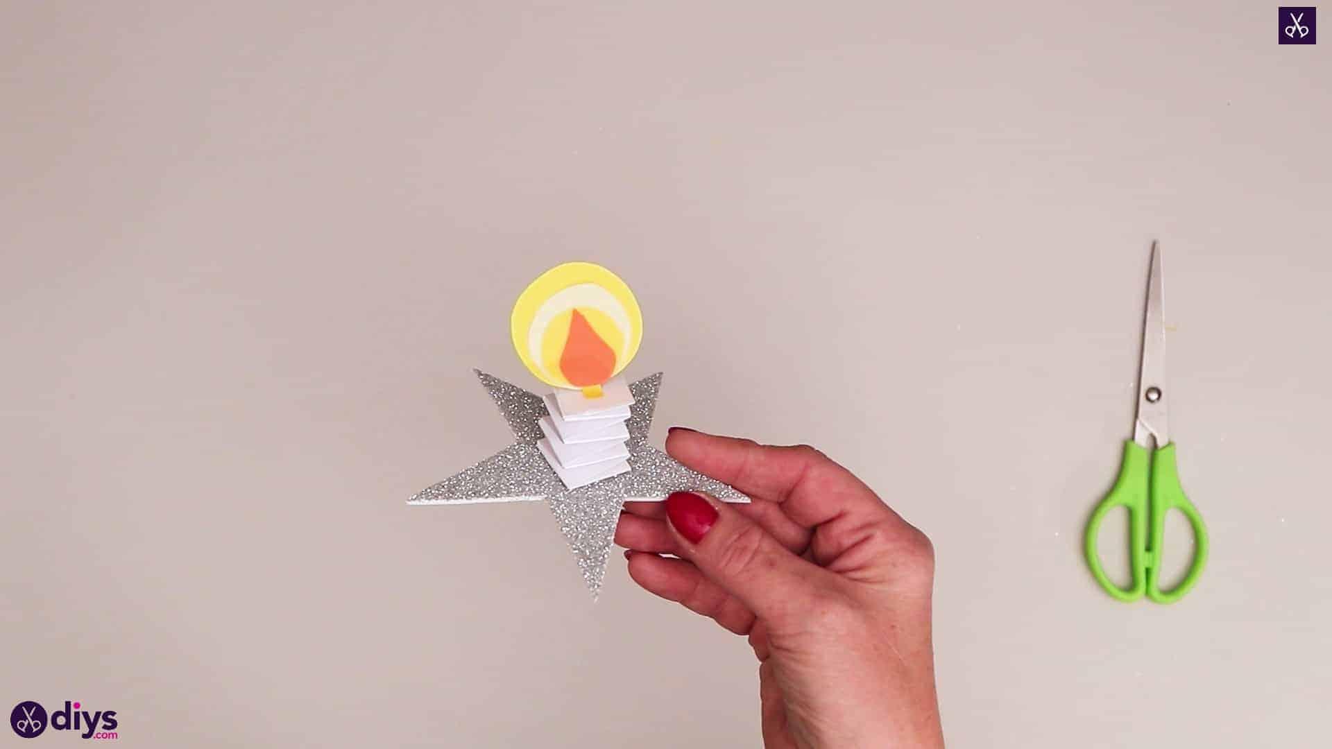 Bougie en papier sur une étoile