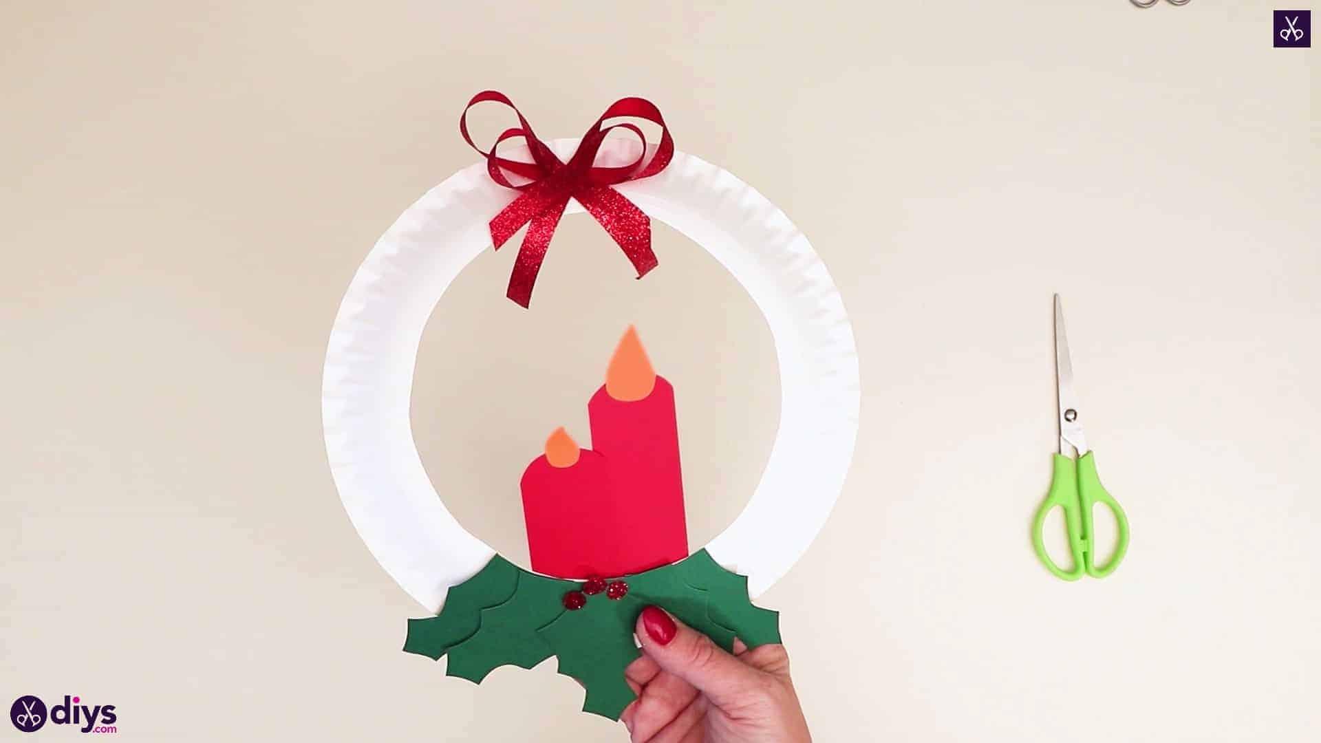 Couronne d'assiette en papier avec une bougie