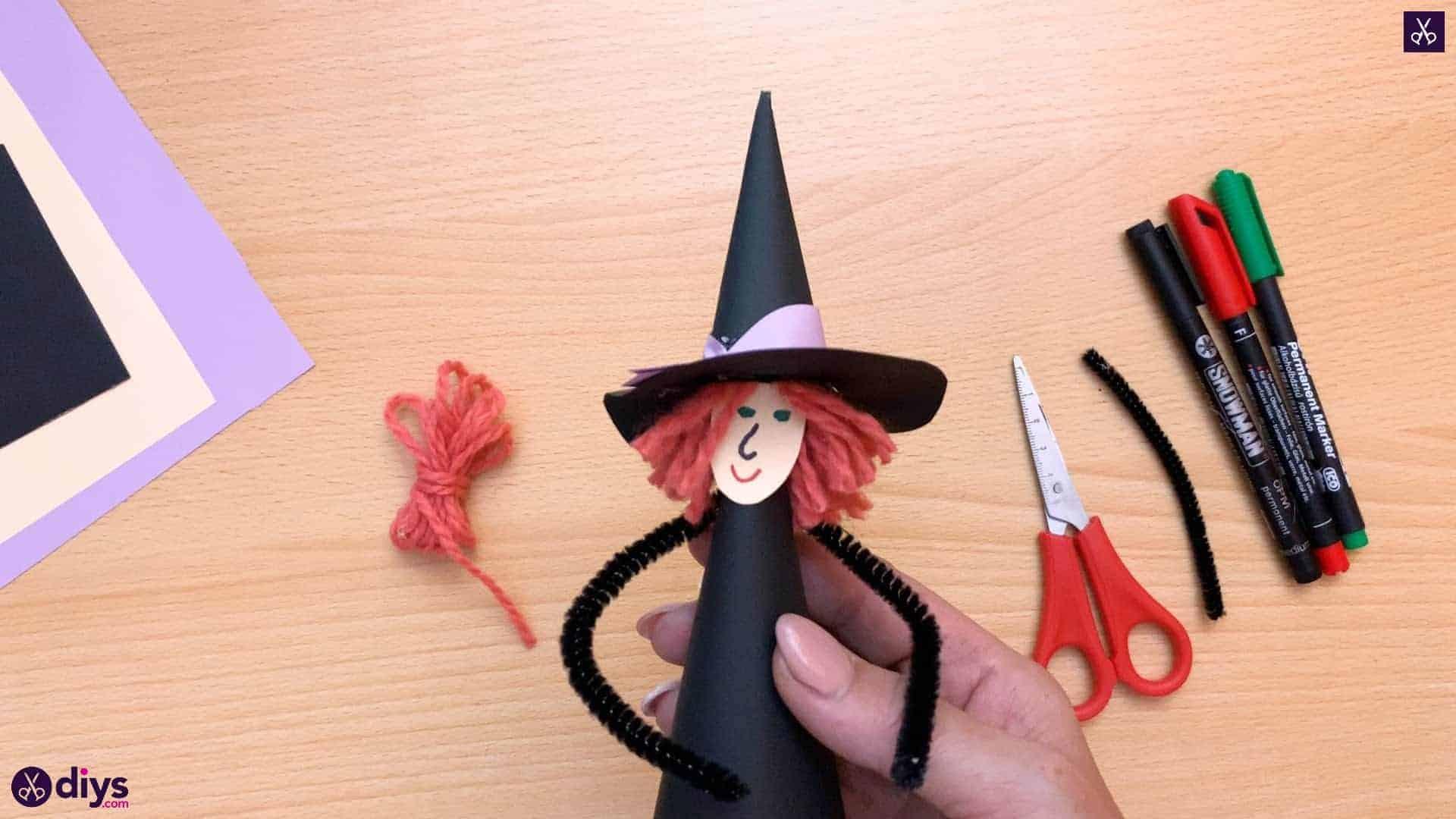 Comment faire une sorcière en cône de papier pour Halloween