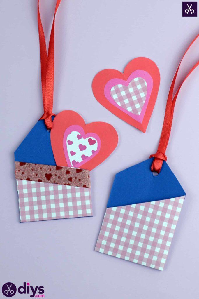 Étiquettes cadeaux en poche à bricoler artisanat en papier