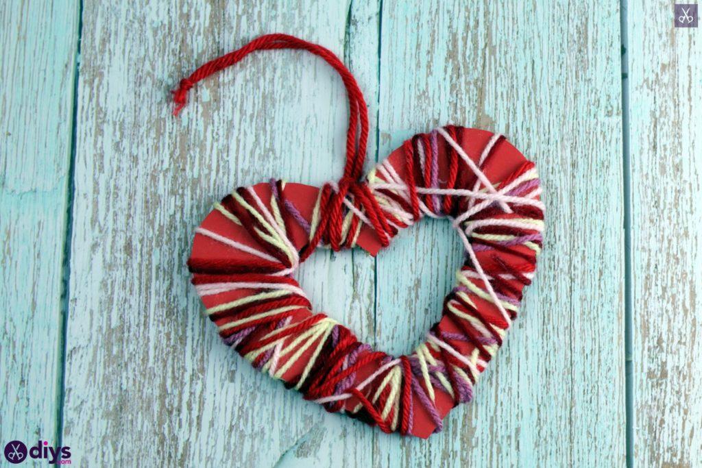 Coeur de papier enveloppé de fil de bricolage