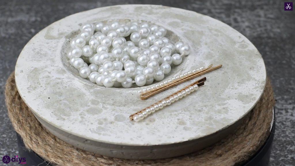 Plat porte-bijoux en béton bricolage sur table
