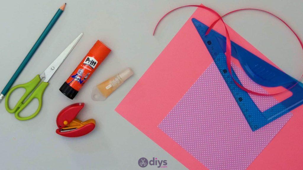 Matériaux de carte cadeau bricolage rouge à lèvres étape 1
