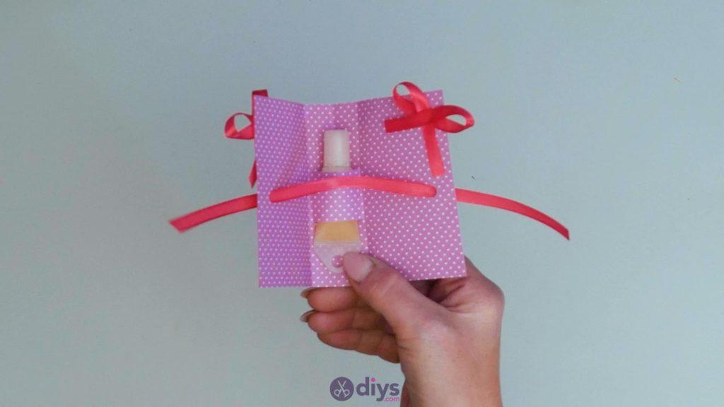 Carte cadeau bricolage rouge à lèvres étape 14