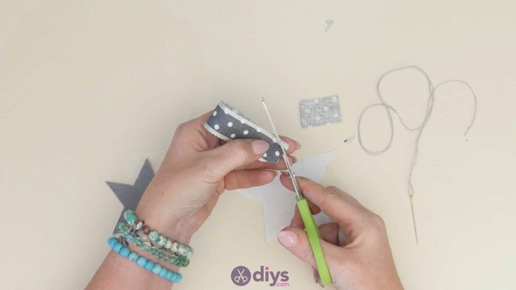 Porte-clés étoile en feutre bricolage étape 4