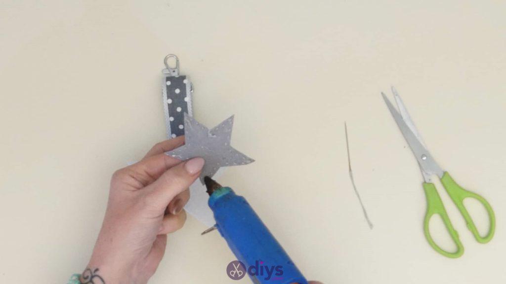 Porte-clés étoile en feutre bricolage étape 7