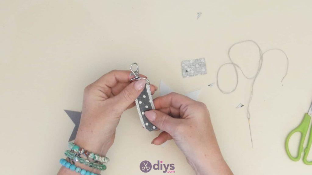 Porte-clés étoile en feutre bricolage étape 4b