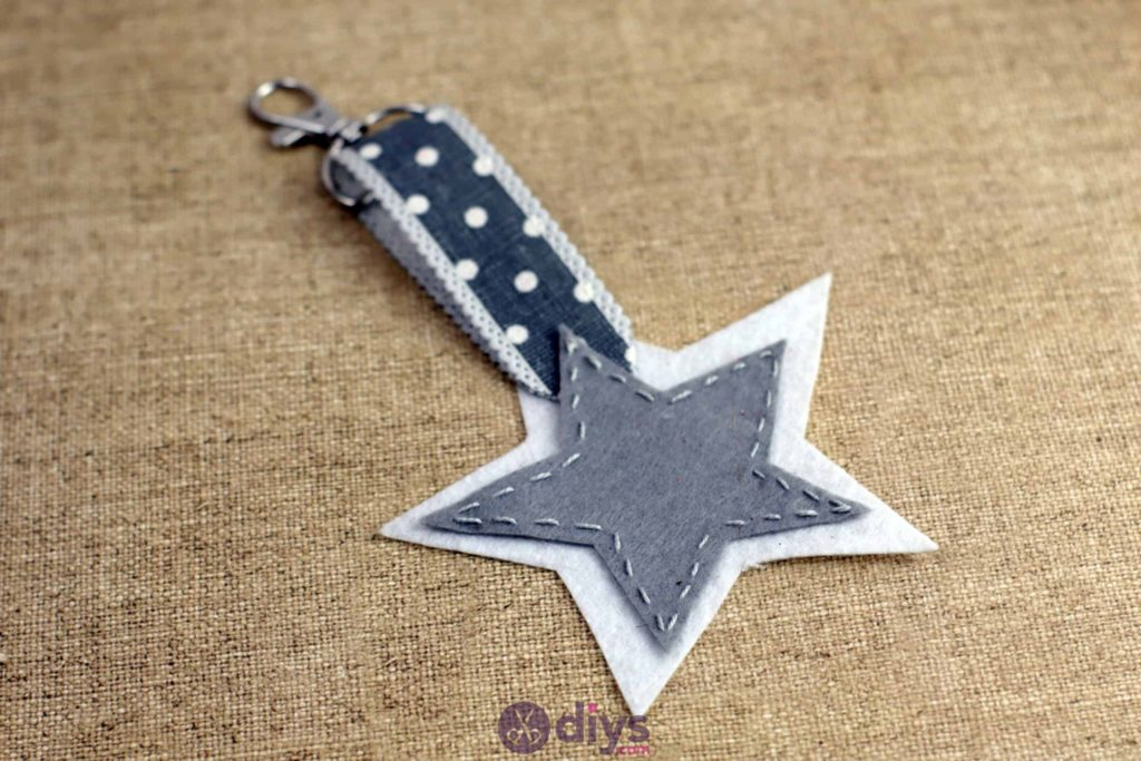 Porte-clés étoile en feutre bricolage étape 7 mignon