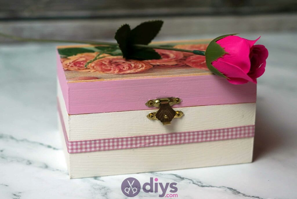 Découpage boîte à bijoux en bois étape 6l