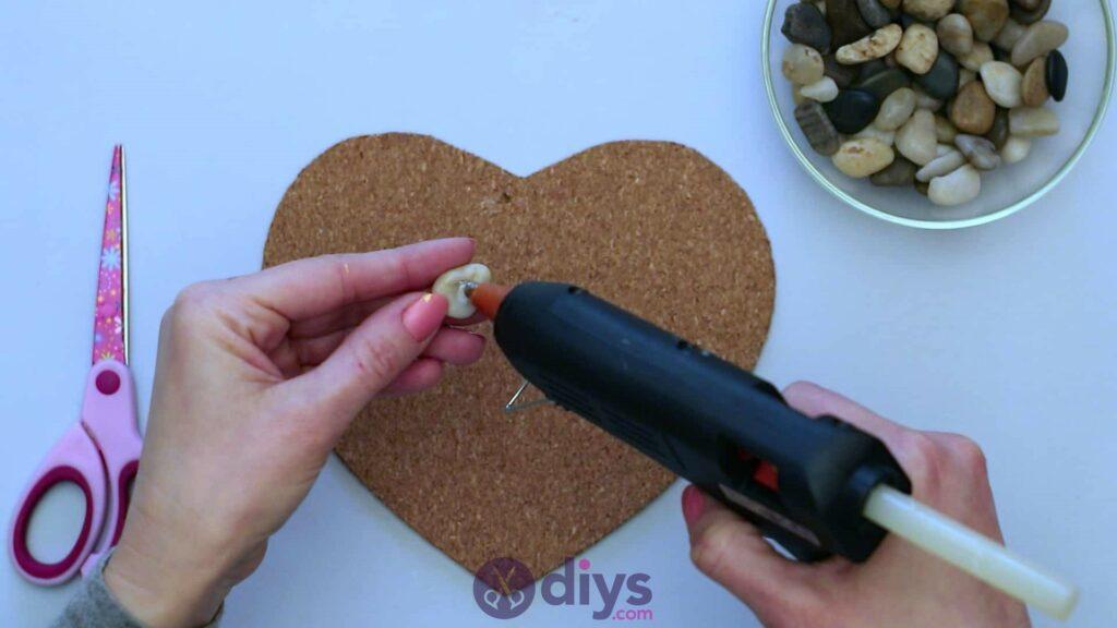 Sous-plaque de galets en forme de coeur étape 3
