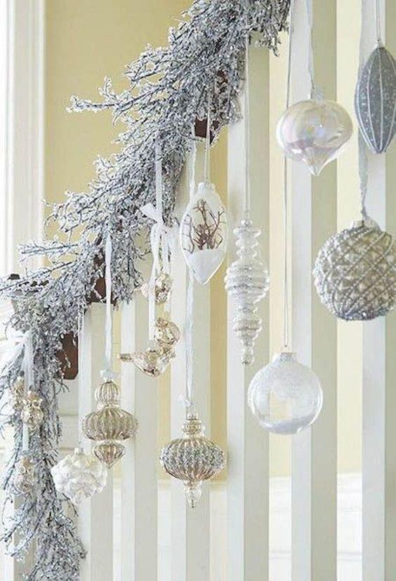 idées pour décorer les escaliers avec des sphères à Noël