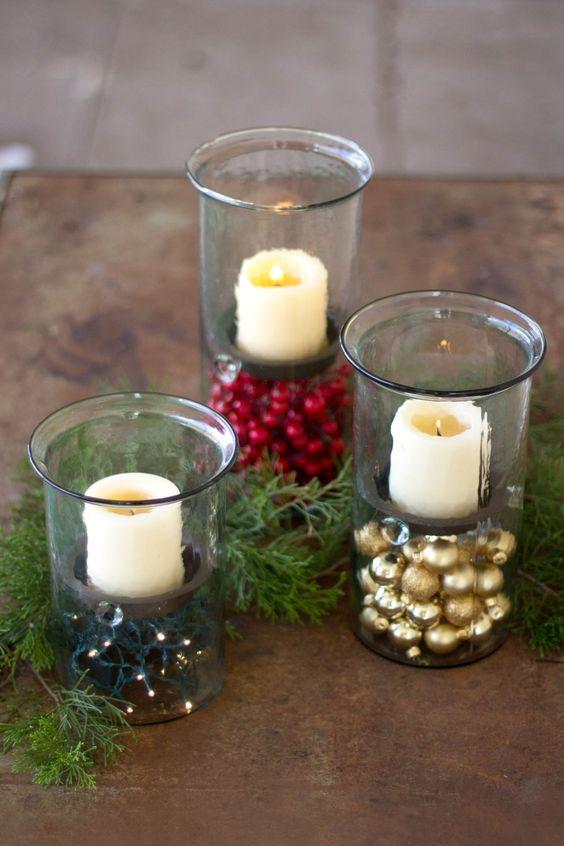 Centres de Noël avec des sphères pour décorer la maison