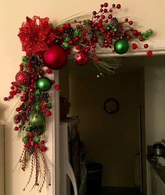 Sphères rouges pour décorer les guirlandes de Noël à Noël