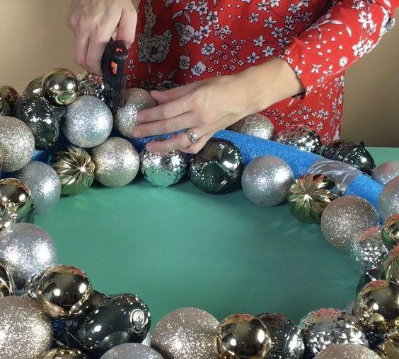 comment faire une couronne de Noël avec une sphère pour Noël