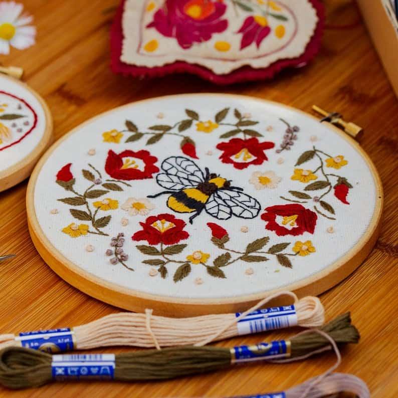 Kit de broderie abeille folklorique