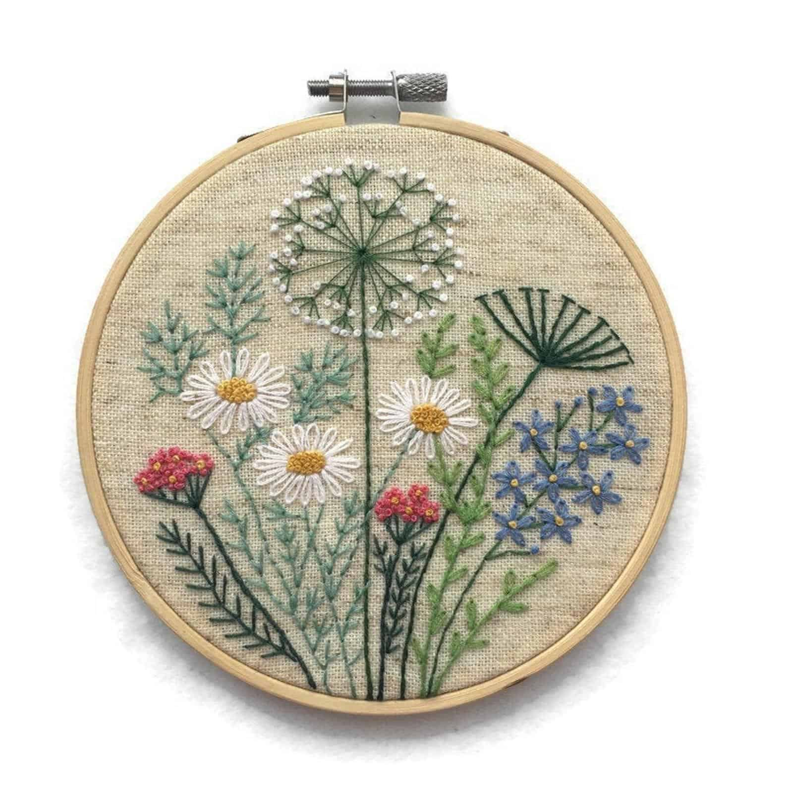 Broderie créative de fleurs et d'herbes