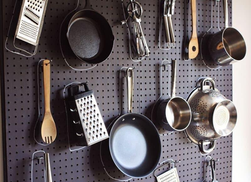 Rangement de cuisine en panneau perforé