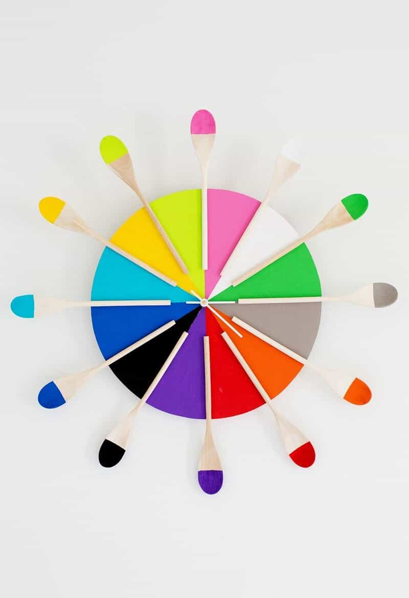 Horloge de cuisine cuillère en bois colorée