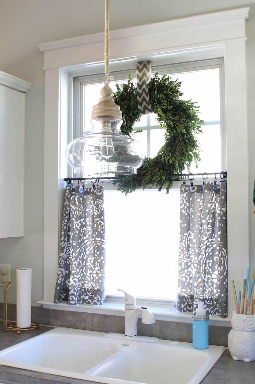Couronne de fenêtre de verdure naturelle et demi-rideaux