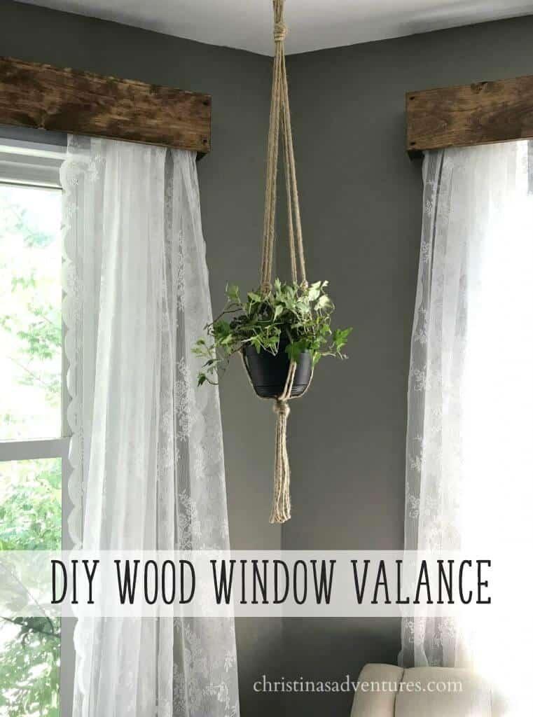 Cantonnière de fenêtre en bois de récupération avec rideaux en dentelle