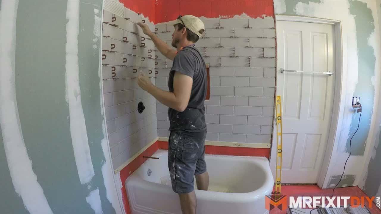 Carrelage de carreaux de salle de bain lors d'un remodelage