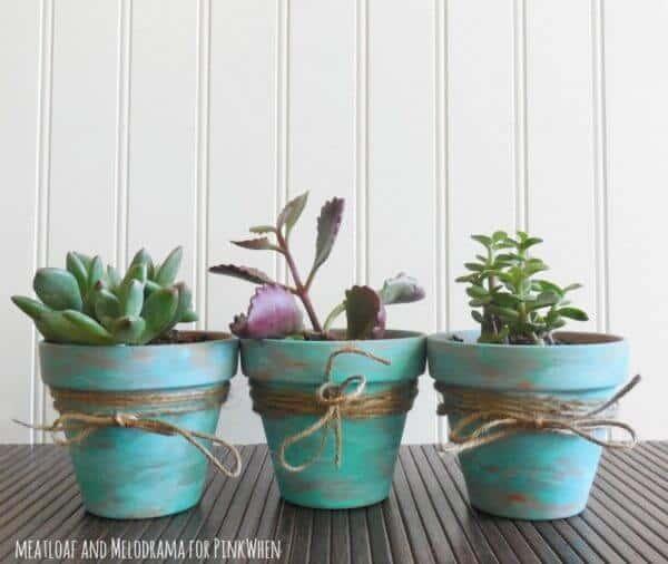 Pots peints et enveloppés de ficelle usés