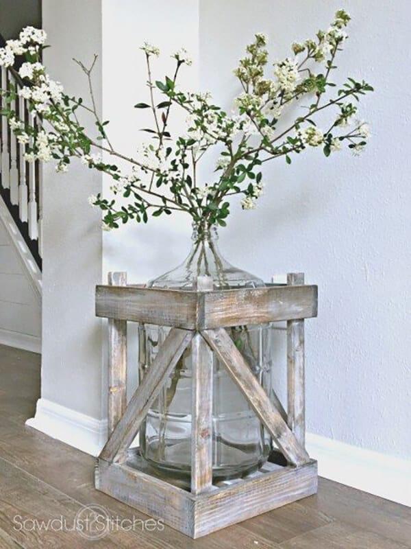Vase bouteille de 5 gallons avec cadre en bois