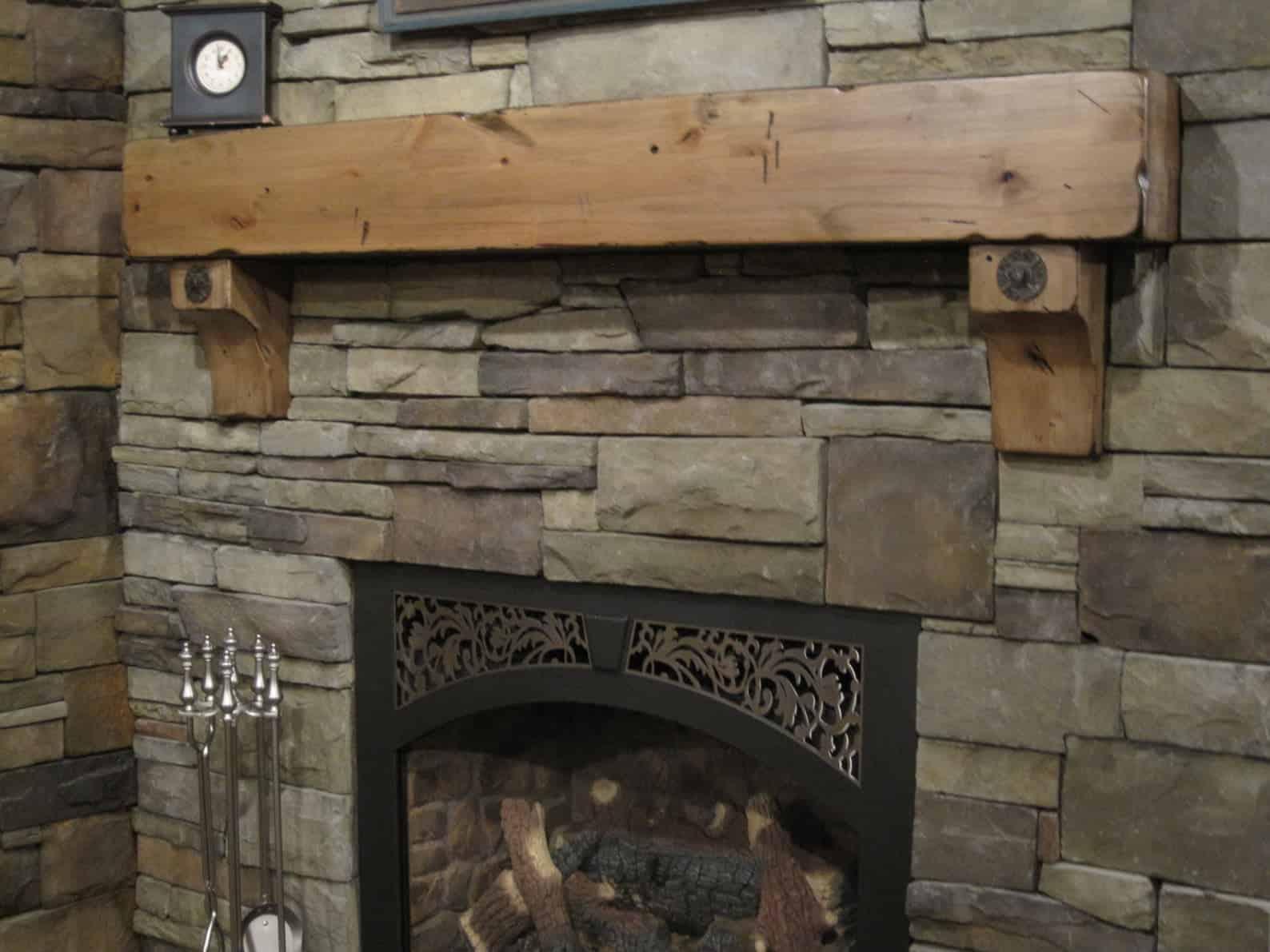 Manteau de cheminée avec corbeaux