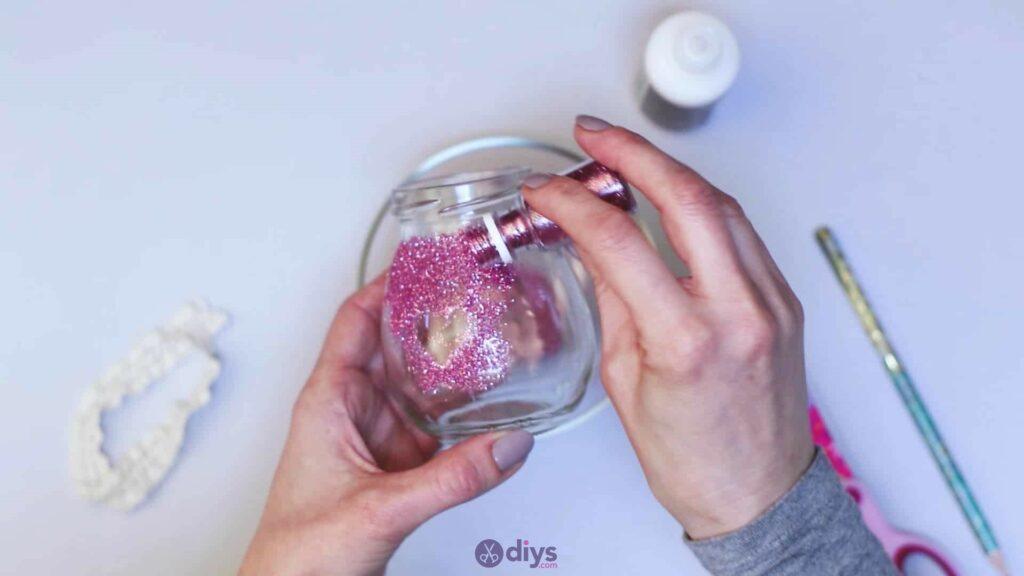 Vase à paillettes de fleurs bricolage à partir de bocaux en verre étape 5c