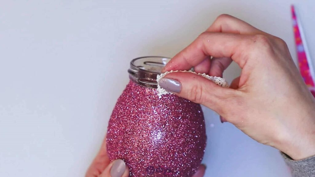 Vase à paillettes de fleurs bricolage à partir de bocaux en verre étape 7a