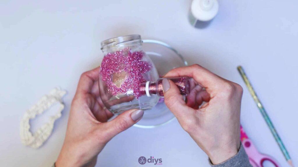 Vase à paillettes de fleurs bricolage à partir de bocaux en verre étape 6c