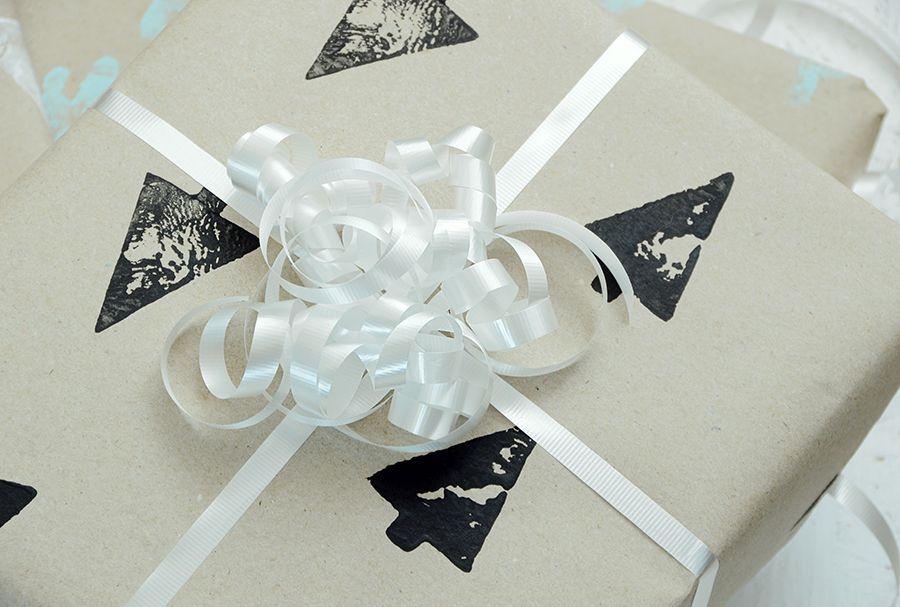 Emballage cadeau bricolage estampé à la main noir