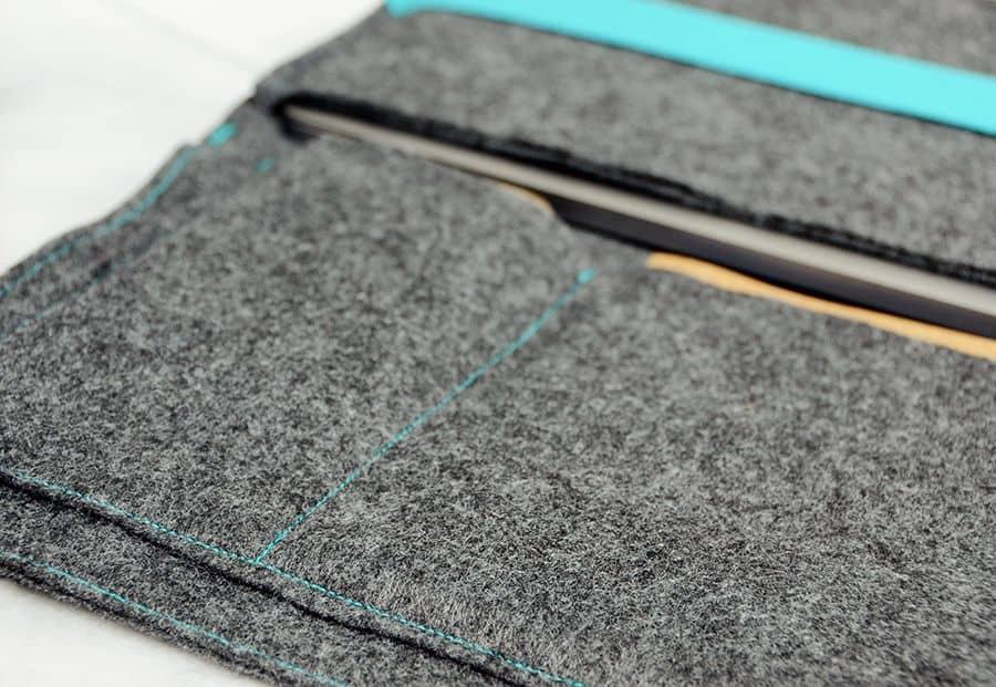 Bricolage étui pour ordinateur portable en feutre bleu contraste