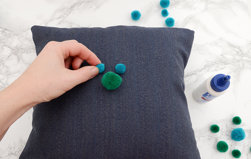 Coussin décoratif bricolage à pompons Étape 5