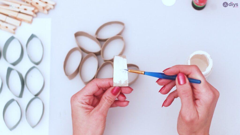 Projet de bricolage de décoration murale en rouleau de papier toilette (12)