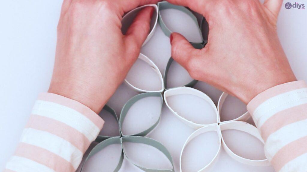 Projet de bricolage de décoration murale en rouleau de papier toilette (45)