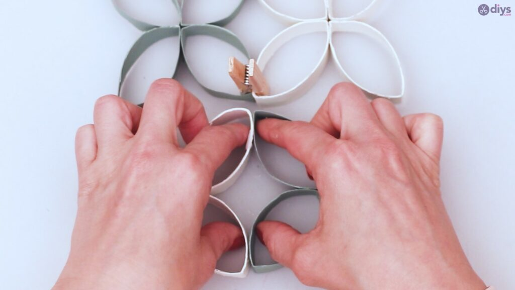 Projet de bricolage de décoration murale en rouleau de papier toilette (41)