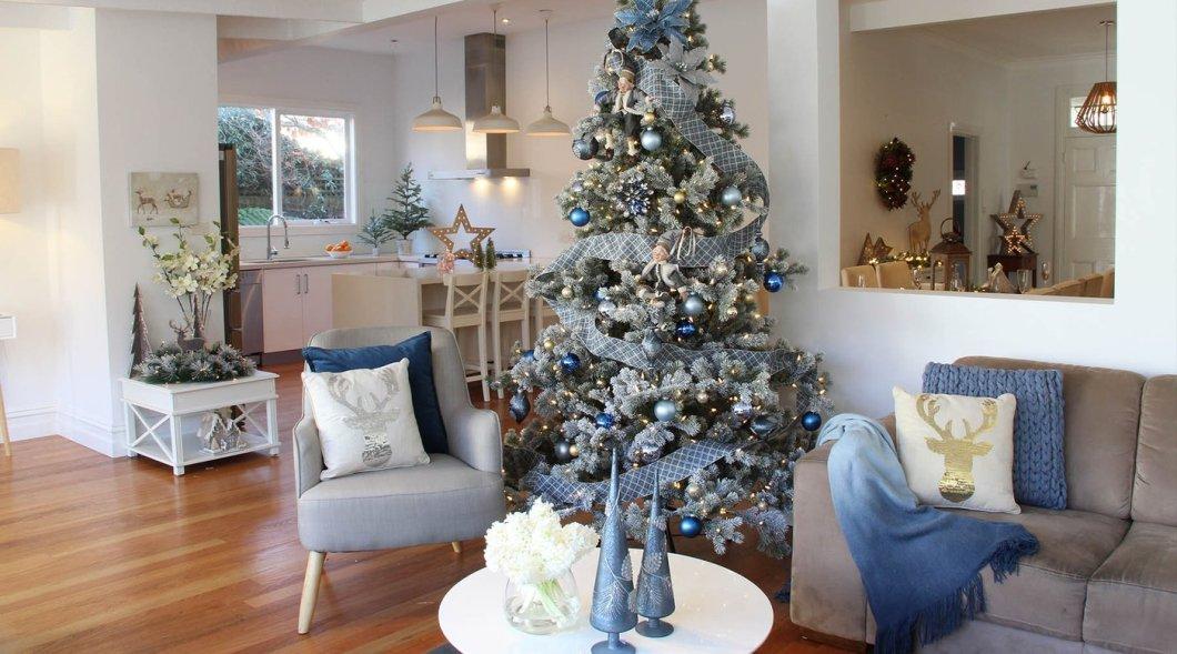 Sapin de Noël en bleu et argent