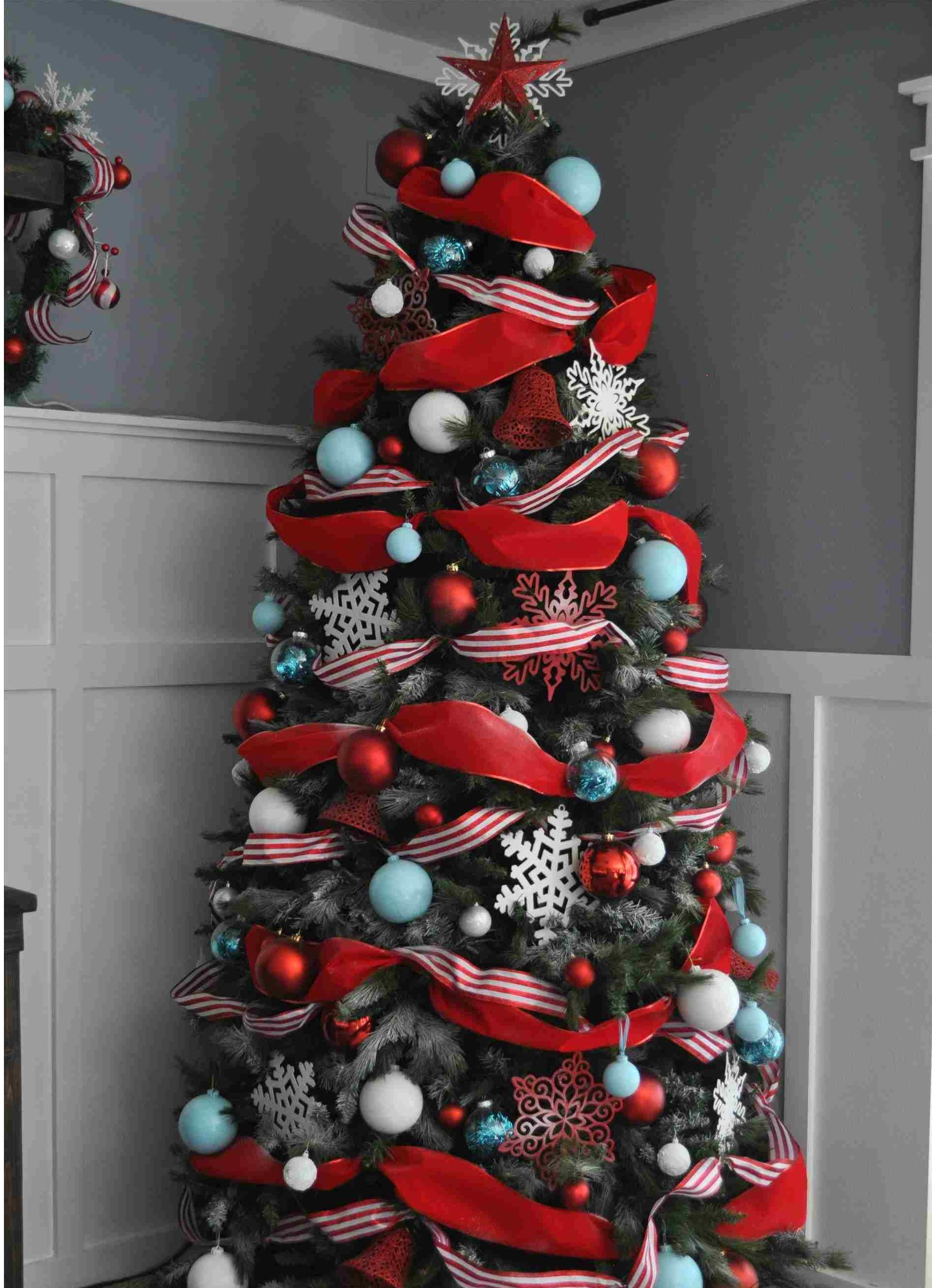 arbre de noël en rouge et bleu