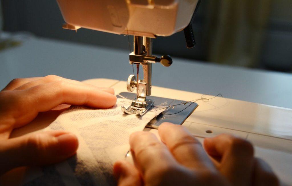 Tutoriel de couture de courroie de l'appareil photo Plier le tissu