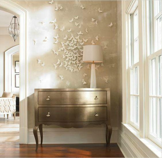 Murs décorés de papillons en papier